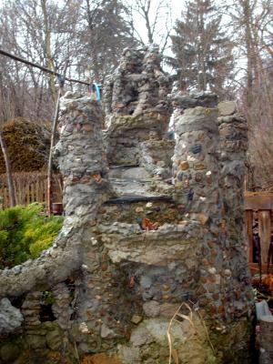 Wasserfall an einer Burg gemauert