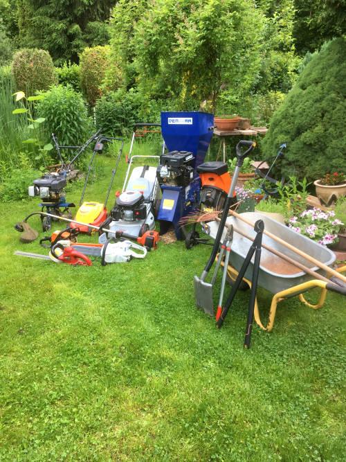 Gartenwerkzeuge für verwilderten Garten