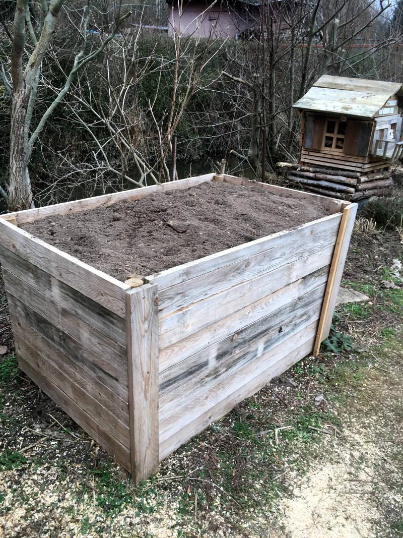 Komposthaufen aus Brettern