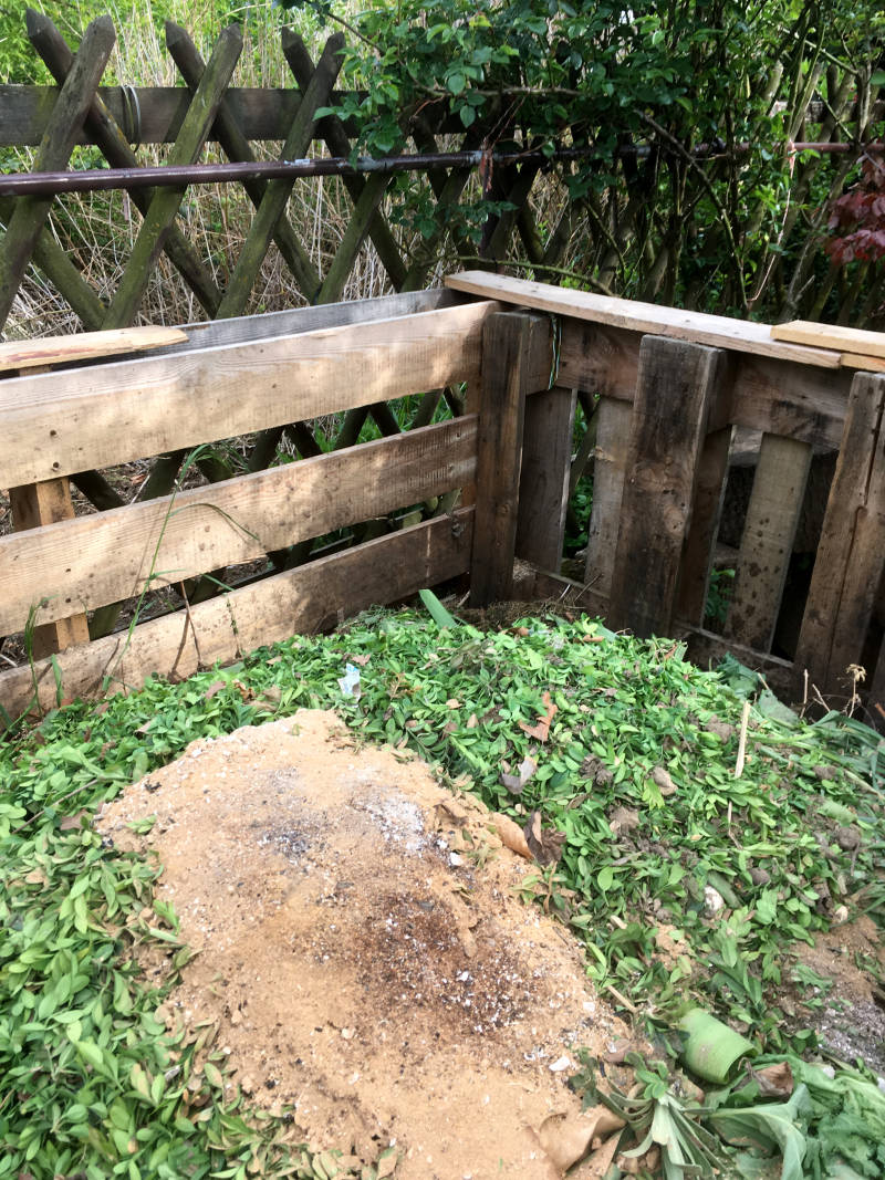 großer Komposthaufen