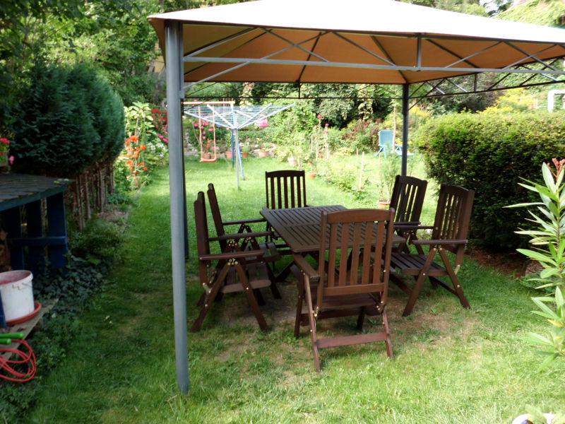 Faltpavillon im Garten