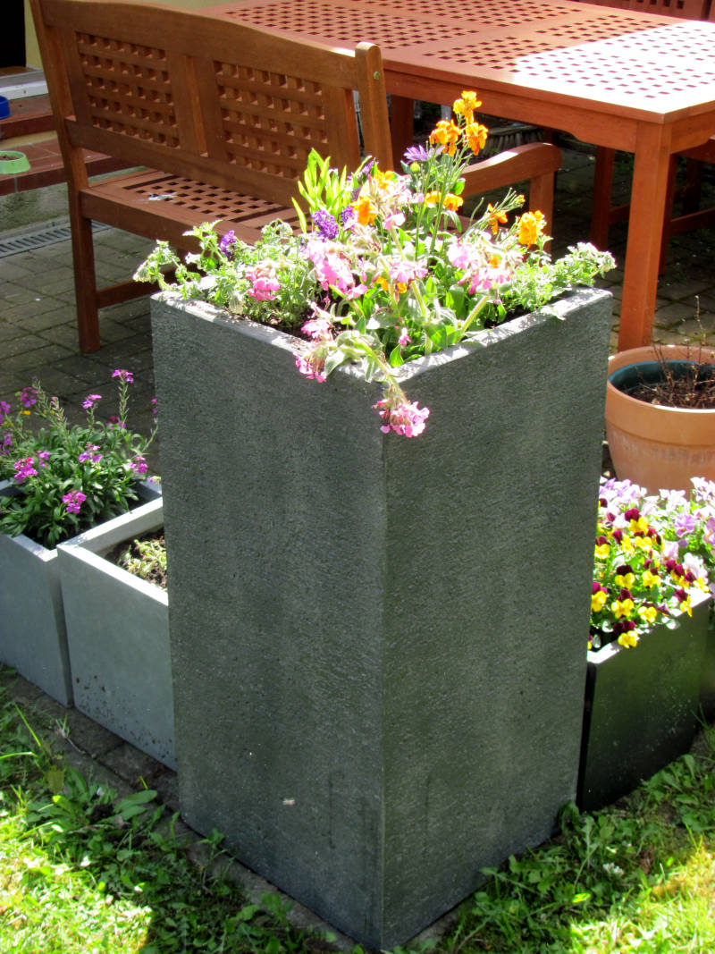 Garten mit Blumenkübel