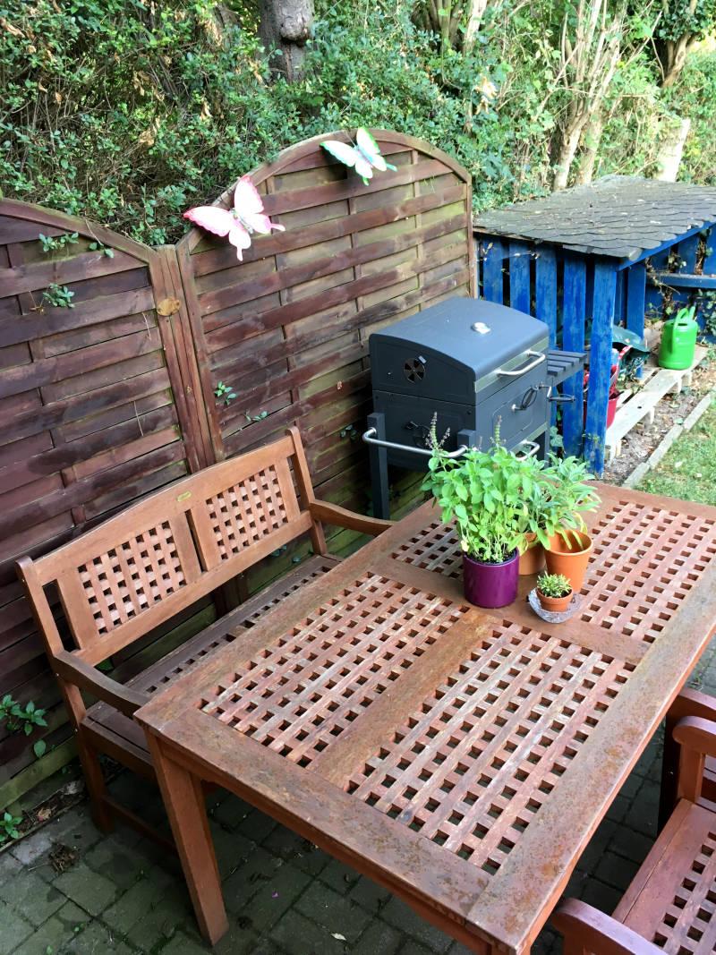 Terrasse mit Holztisch